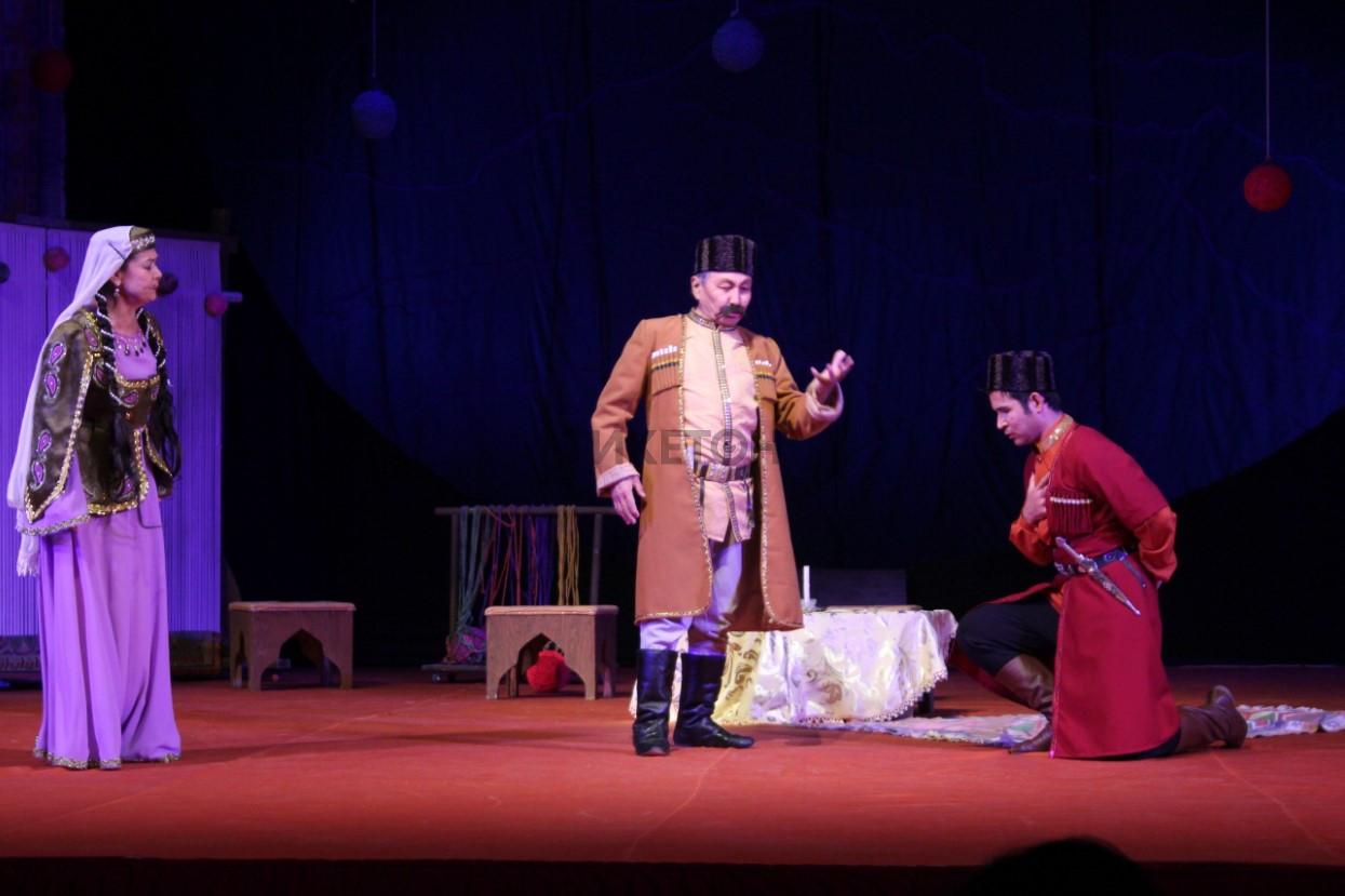 «Кетпейсің! Болды, кетпейсің...». Театр им. Бекежанова